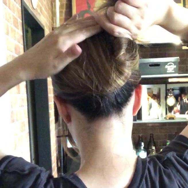 ねじった毛を上に上げる