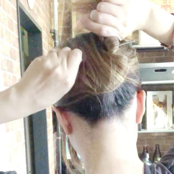 簪に髪を巻きつける