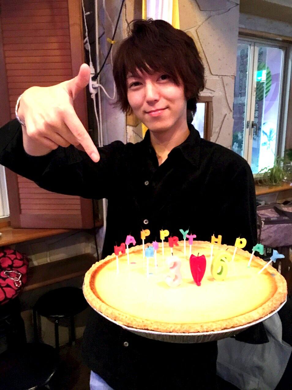 誕生日ケーキを持つ千葉司
