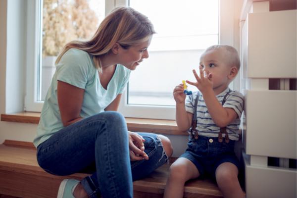 子供と話す女性
