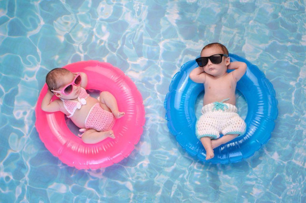 プールに浮かぶ赤ちゃん