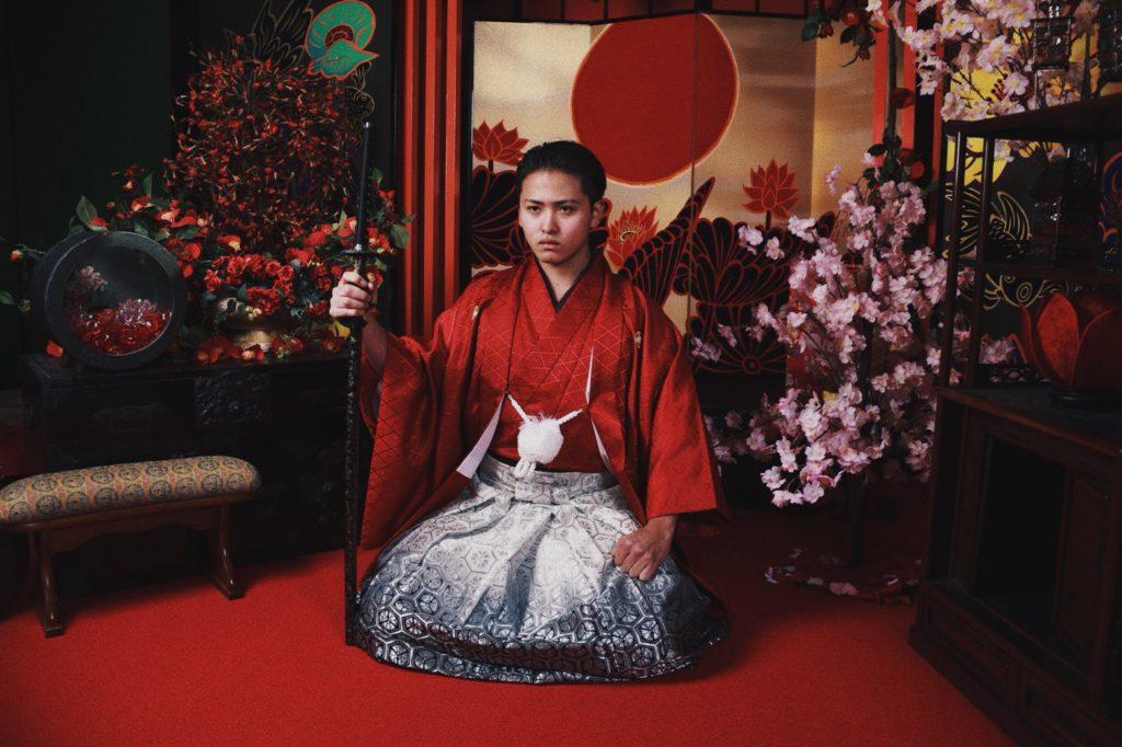 和服を着る松澤 和樹