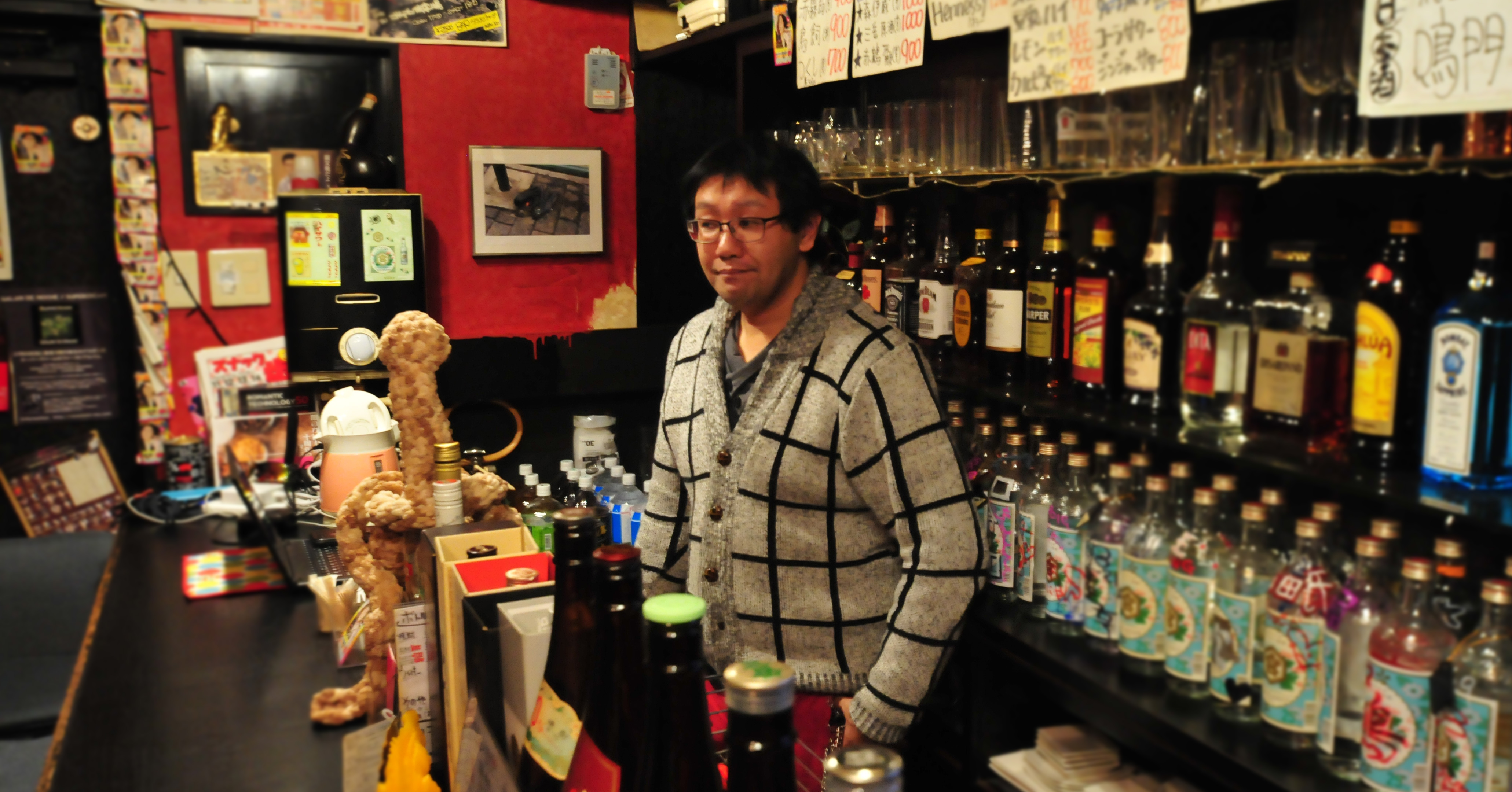 バーカウンターに立つ田村さん