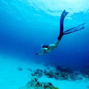 海に潜る女性