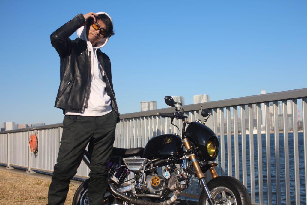 バイクの横に立つ及川晴喜