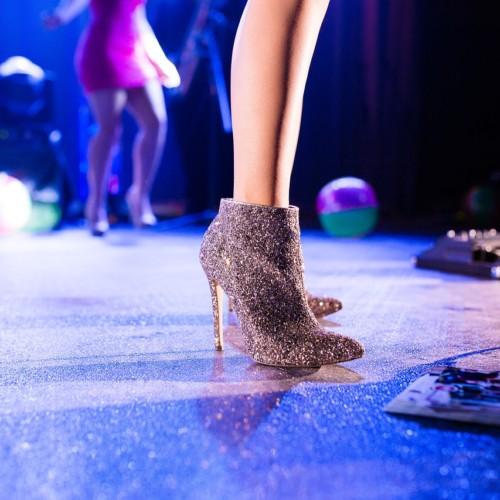 ステージ上のヒールの足