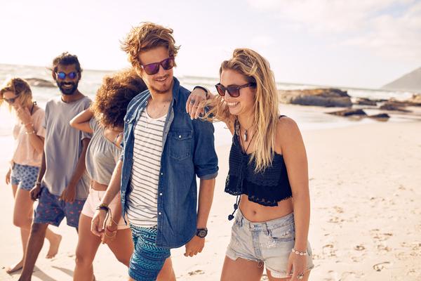 砂浜を歩く男女のグループ