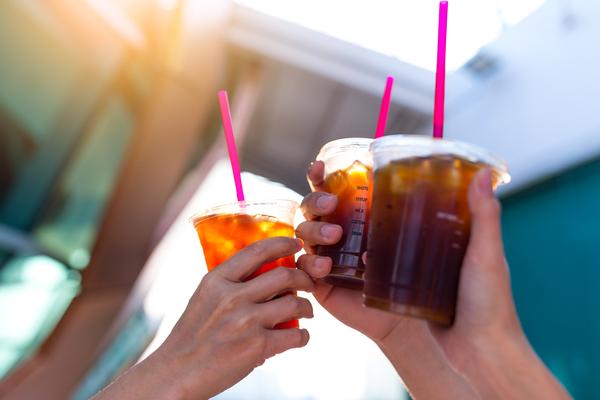 手に持ったコーヒーを掲げる複数の手