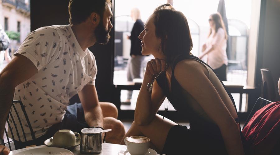 お茶してる男性と女性