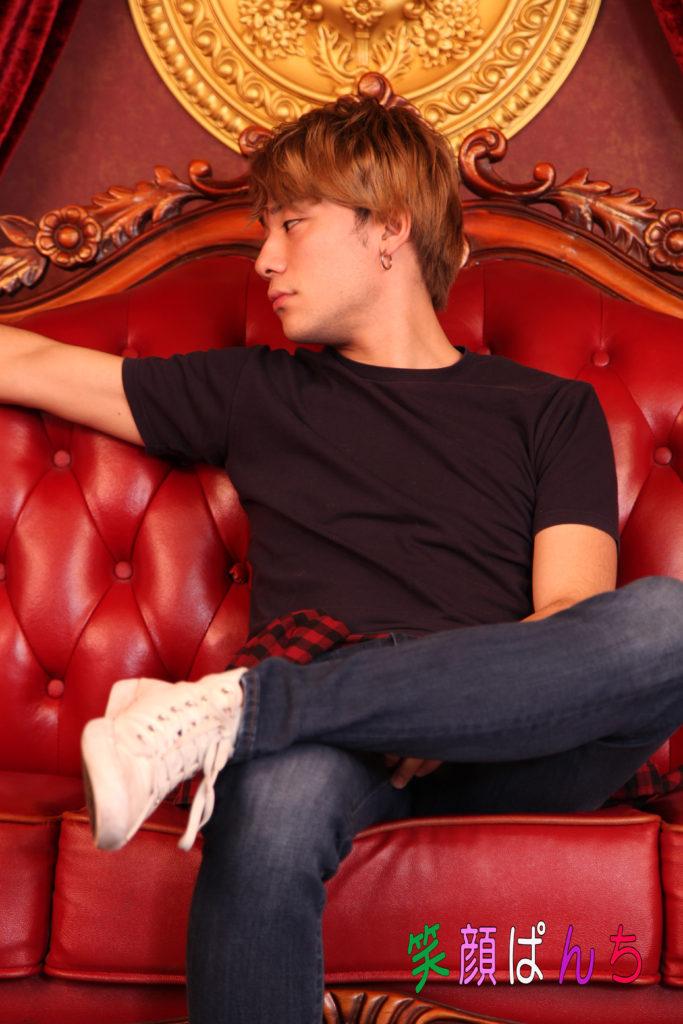 椅子に座る谷俊