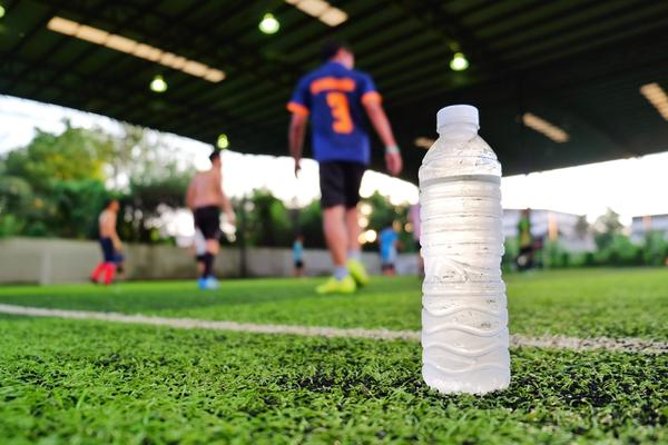 サッカー場に置かれたボトル