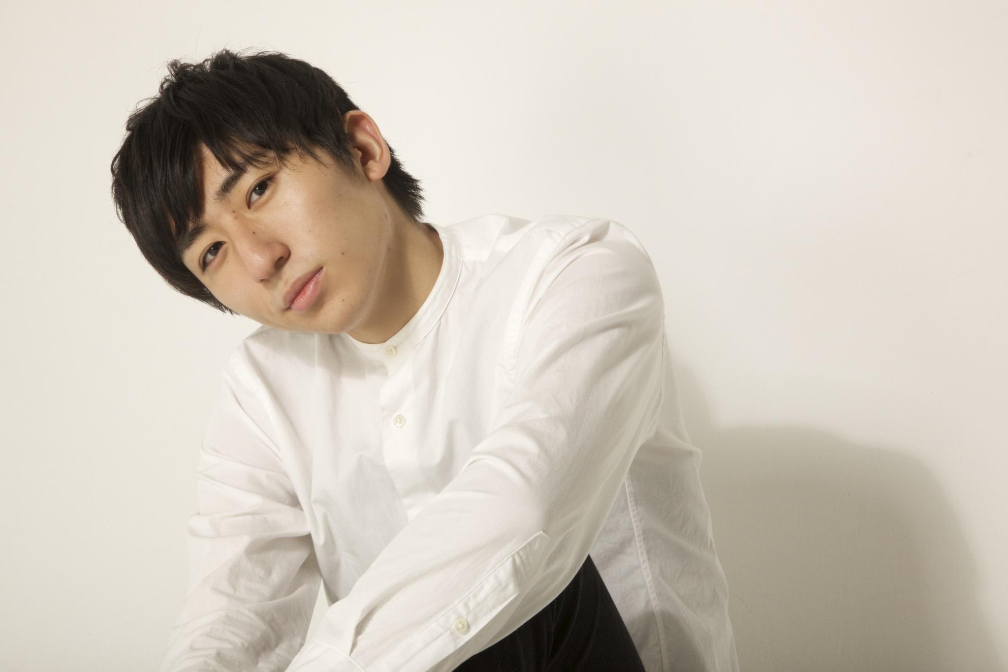 白シャツを着た本田雅人