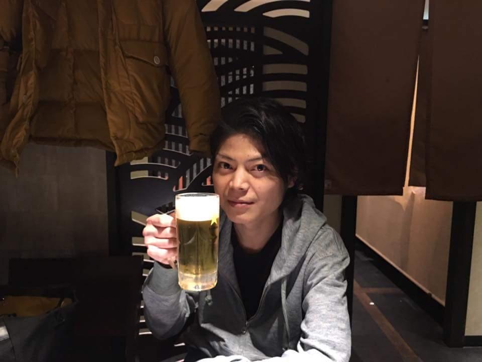 片手にビール