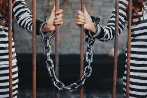 鎖で繋がれた女の子