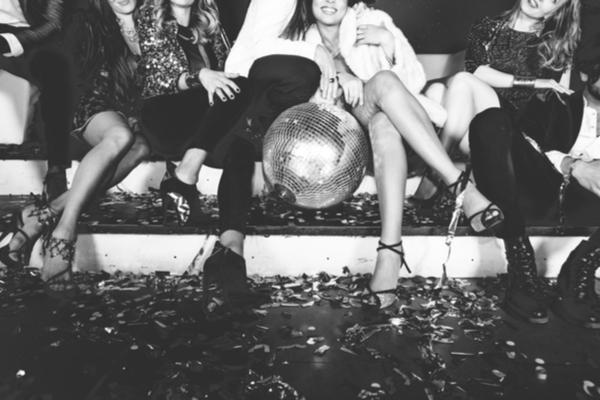 パーティー会場の女性たち