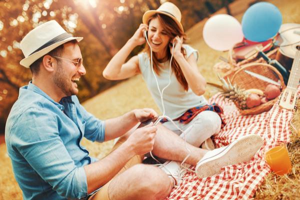 ピクニックで音楽を聴く男女
