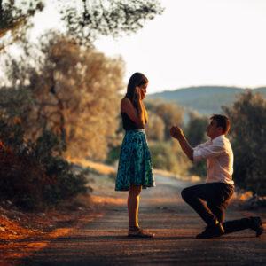 道で指輪を持ってプロポーズする男