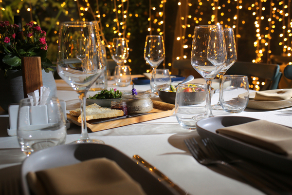 テーブルの上のグラスと食器