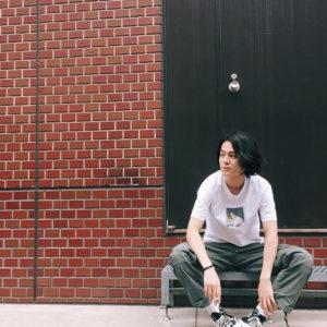 座る阪本健大