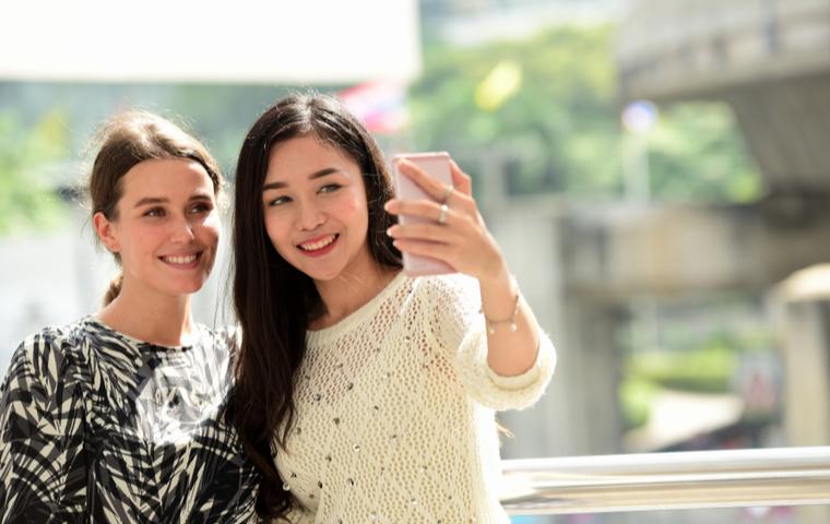 自撮りする2人の女性