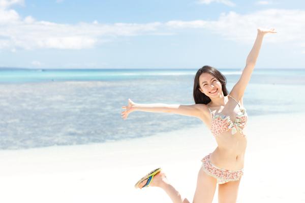 海で楽しそうな女性