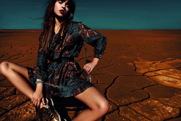 砂漠にいる女性