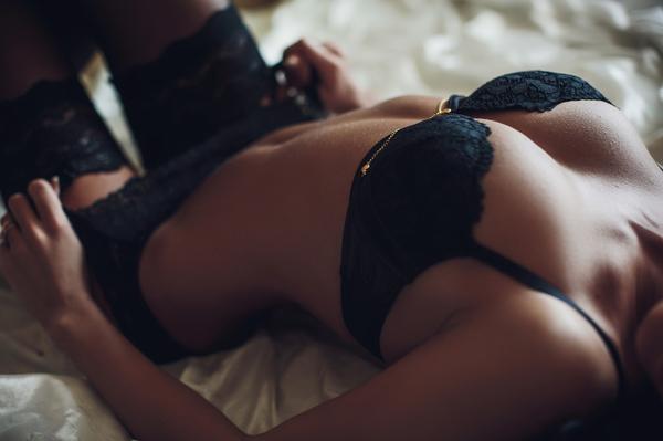 黒い下着の女性