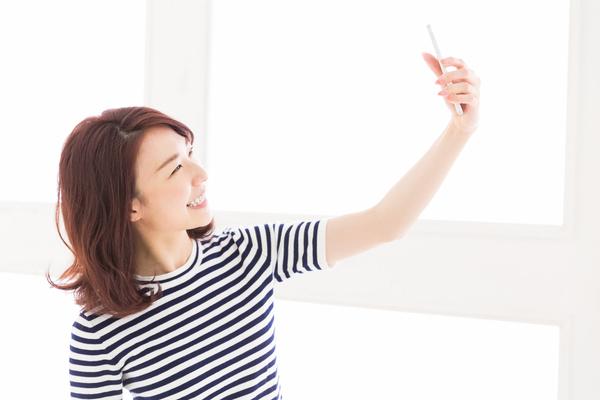 自撮りする女性