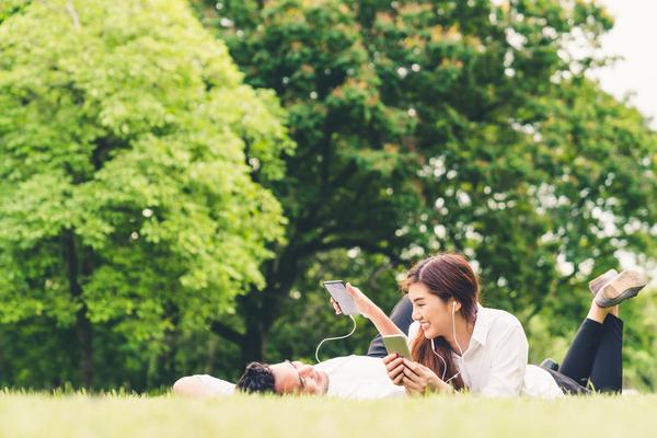 芝生で寝転ぶ男女