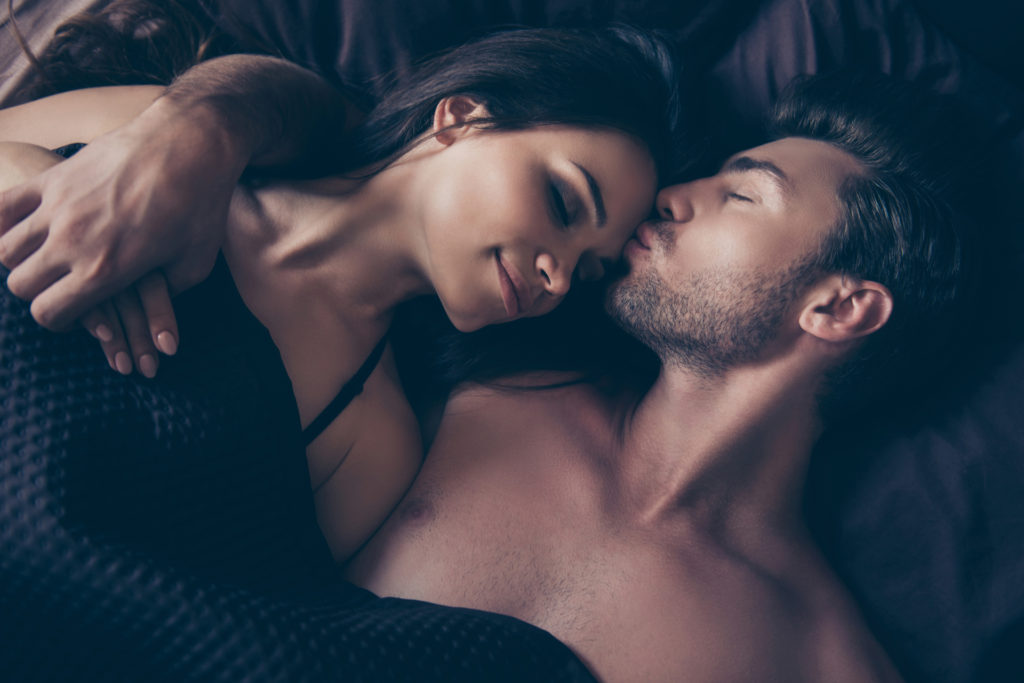 ベッドに居る男と女