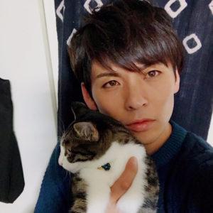猫を抱く真青ハヤテ