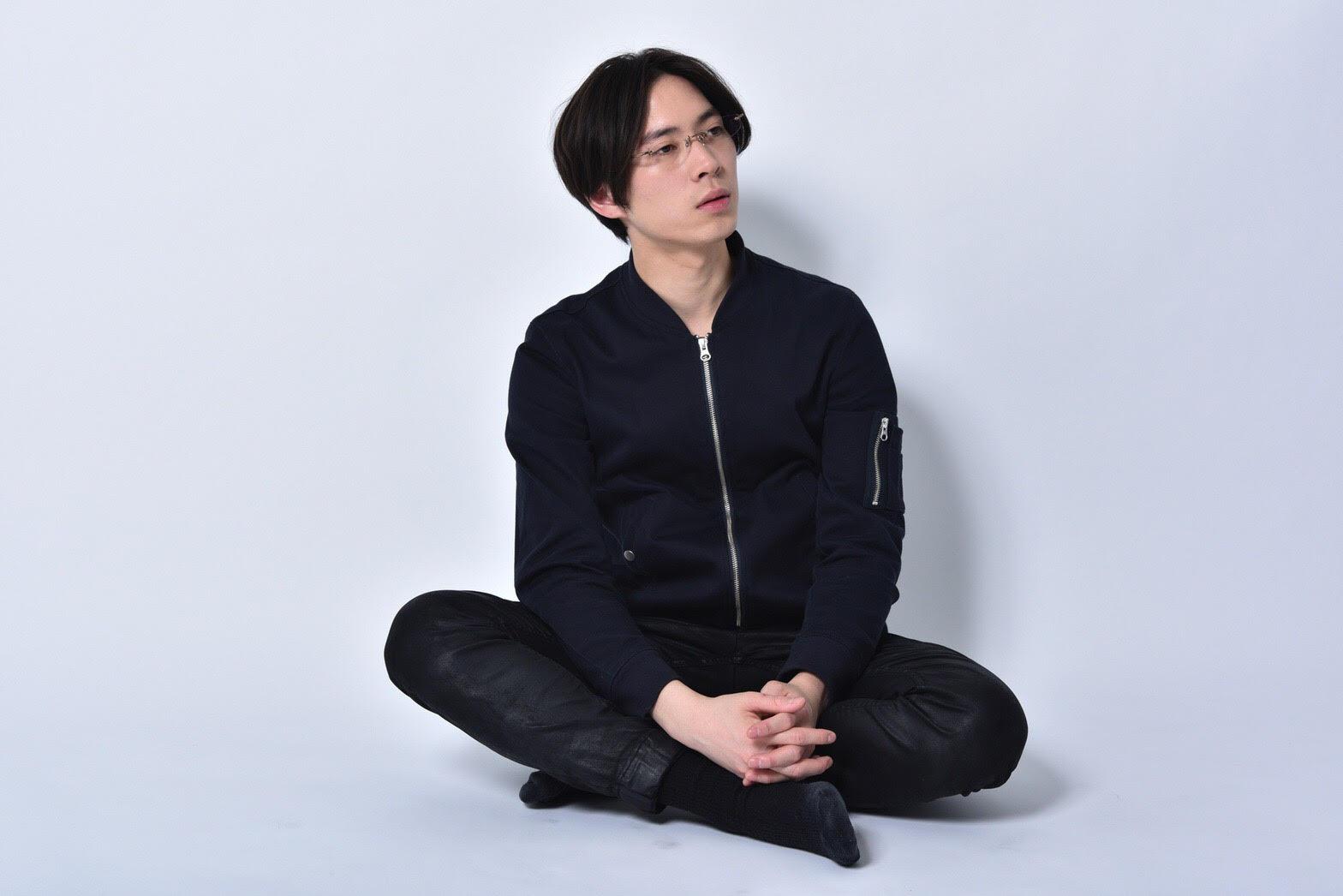 座る榿澤涼太