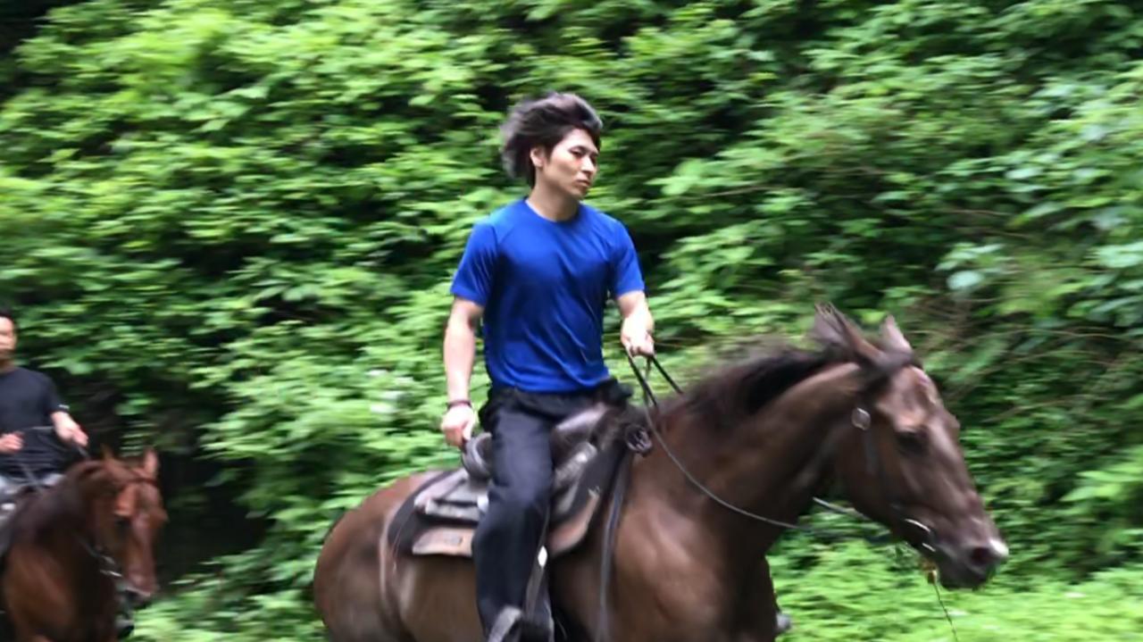 馬に乗る真青ハヤテ