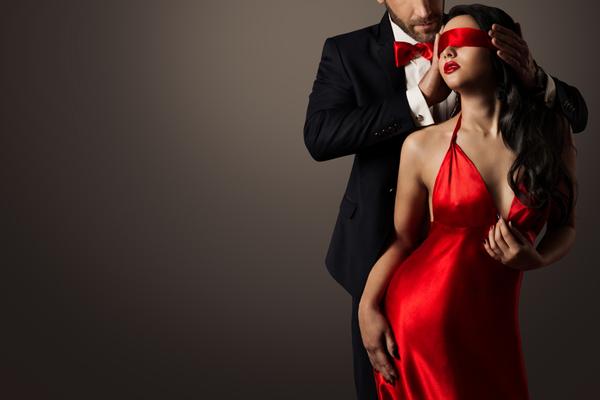 男性に後ろから目隠しをされる女性